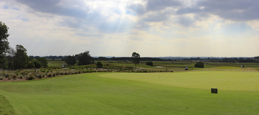 Golf at Lynwood Country Club for 4 with Shared Motorised Carts & Drinks!